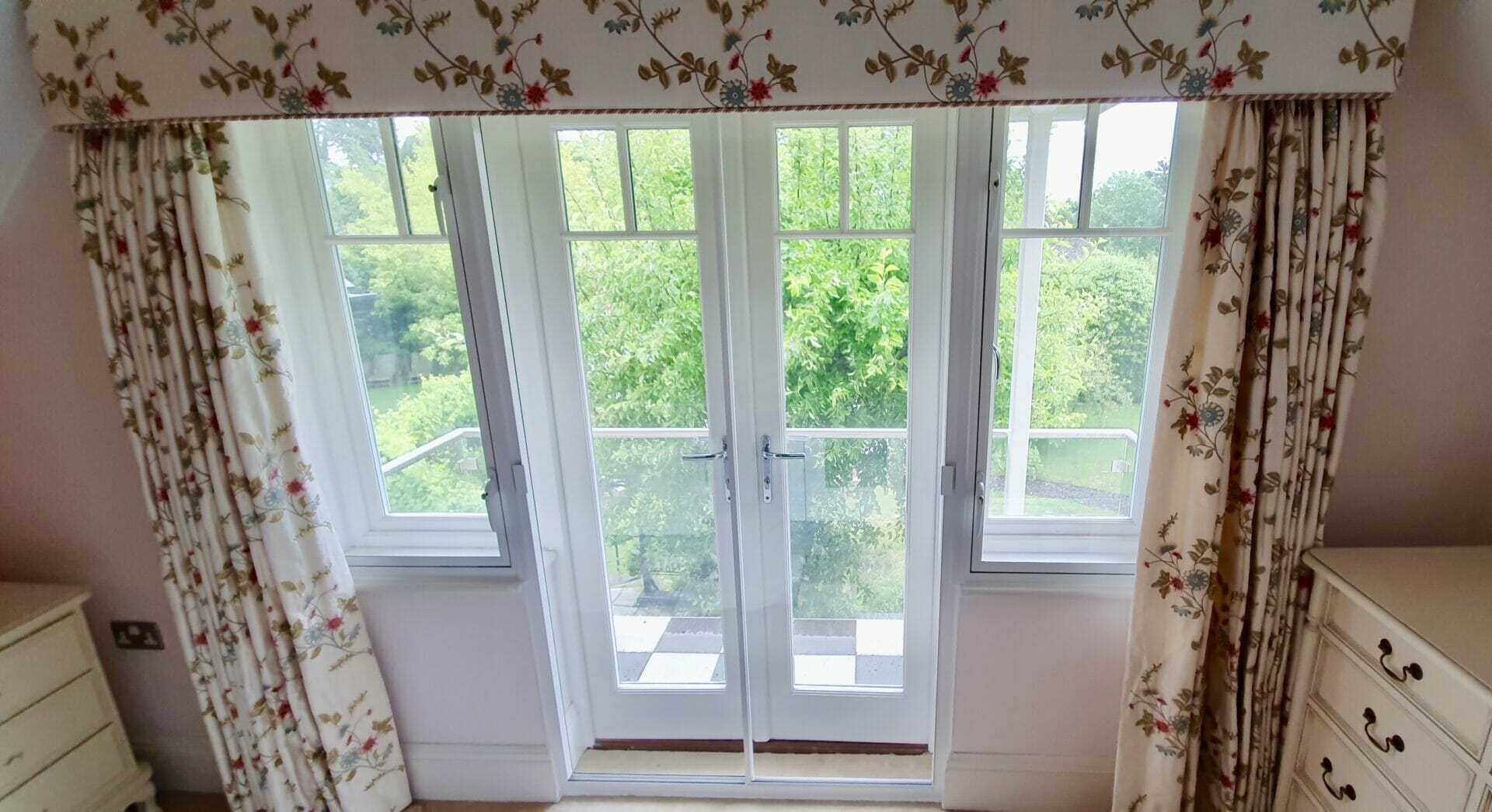 04. Side windows fitted with casement(hinge windows) for noise reduction